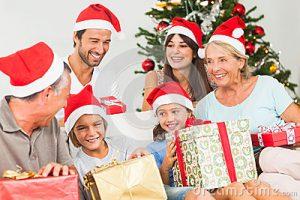 familia-feliz-no-natal-que-troca-presentes-27676594